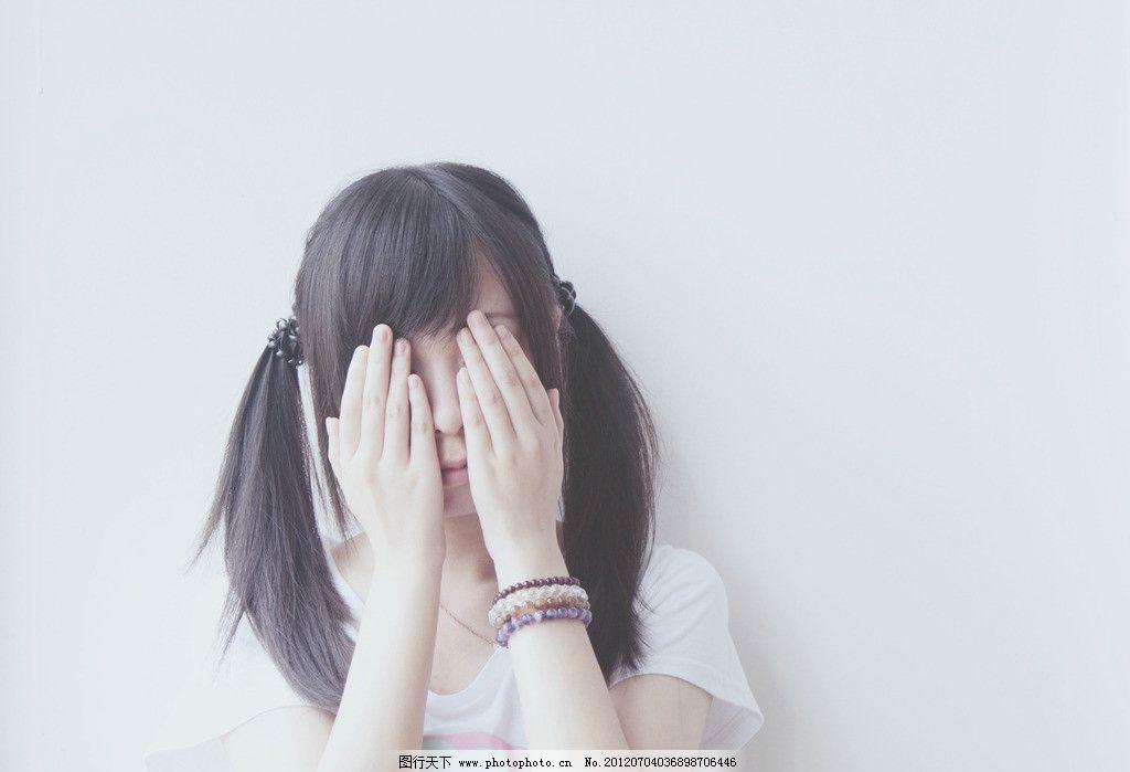 可爱捂脸少女图片