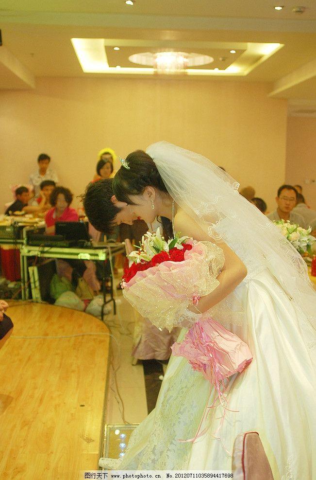 新人鞠躬 婚礼现场新人鞠躬 新娘手捧花 新郎新娘拜天地 婚礼现场