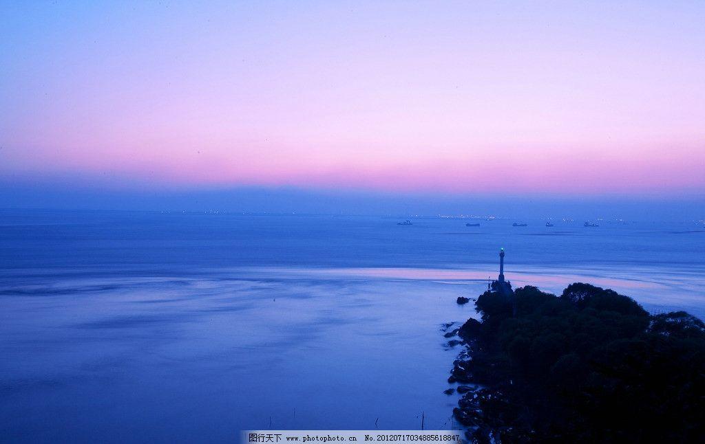 远眺长江第一灯塔图片
