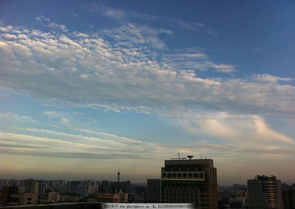 蓝天白云 楼顶 云彩 建筑 建筑景观 摄影
