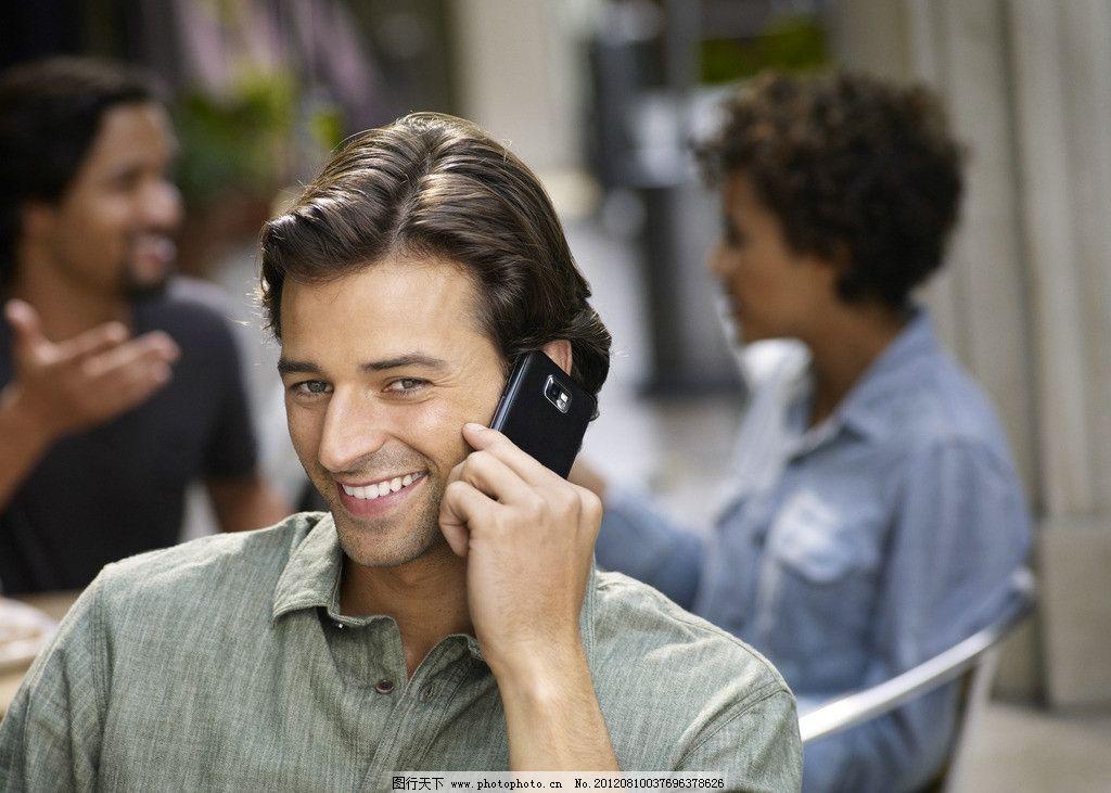 手拿三星手机的外国人图片
