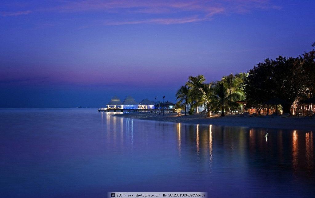 马尔代夫 海边 度假村 夜景 树林 水上屋 灯光 海面 倒影 夜空 深蓝色