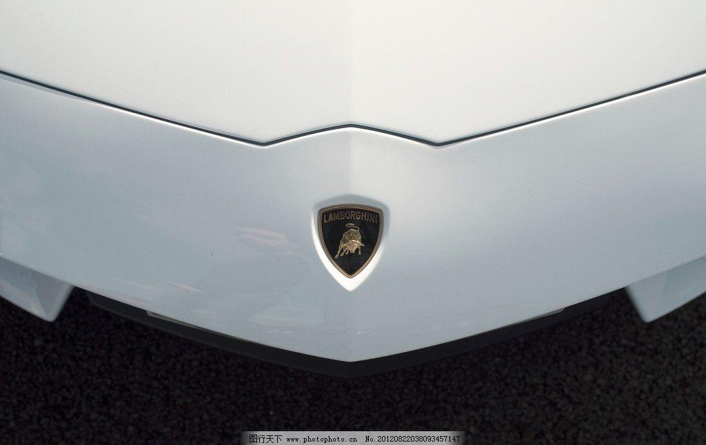 白色兰博基尼车头标志logo 白色 兰博基尼 车头 标志      近摄 交通
