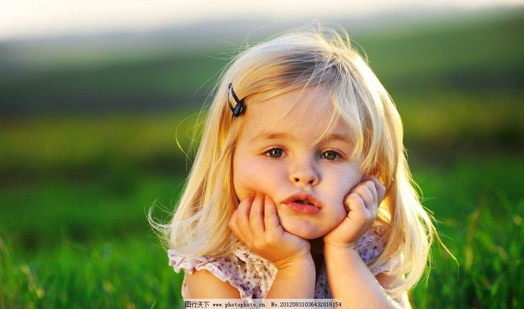 可爱女生 小女生 可爱 小朋友 草地 外国 人物 儿童 微笑 金发 儿童幼