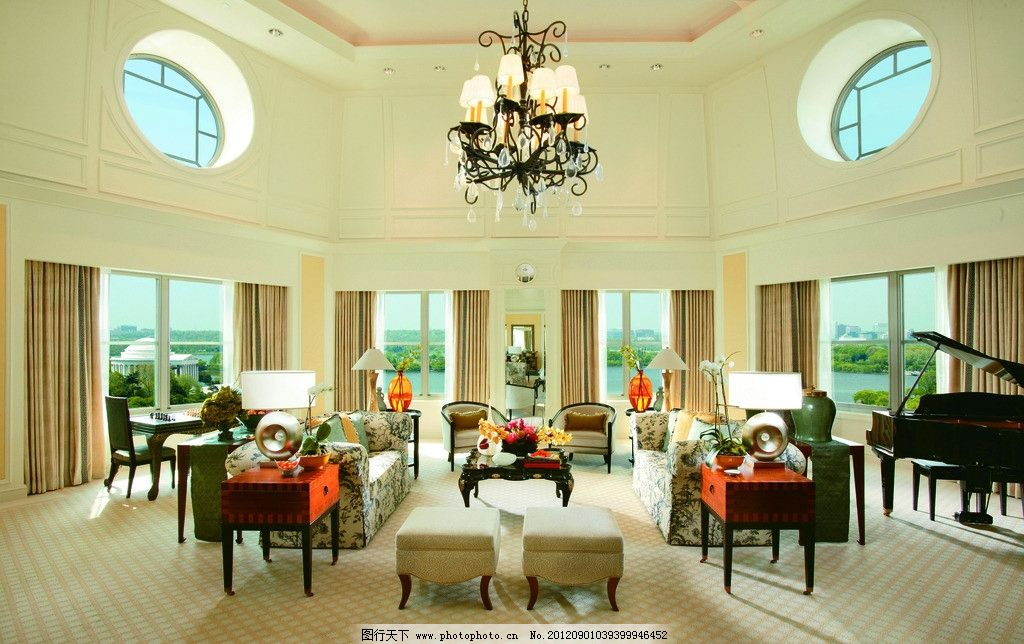 别墅客厅 欧式 地毯 窗户 窗帘 吊灯 钢琴 沙发 椅子 台灯