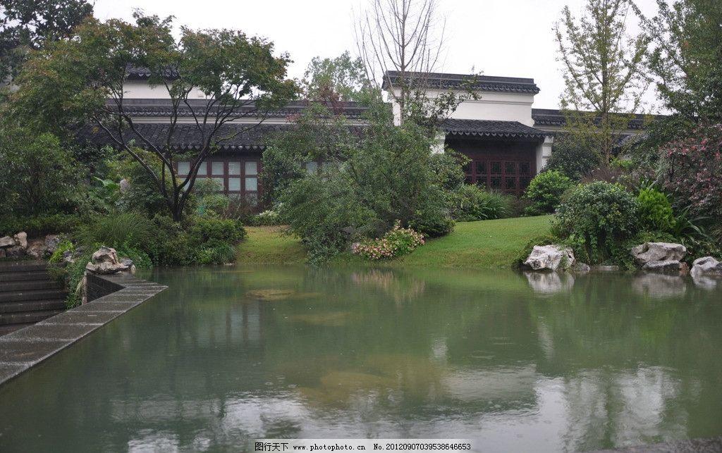 石雕 雕塑 湖水 水池 喷泉 屋檐 苏州园林 水纹 灌木 树木 园林建筑