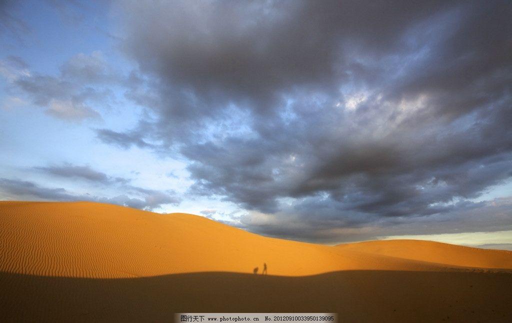 金色的沙漠和蓝天乌云 内蒙古 鄂尔多斯 达旗 达拉特旗 响沙湾