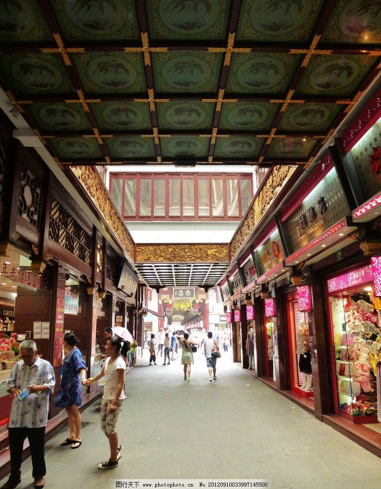 天井 商业街 仿古建筑 游客 中式风格 琳琅满目 商品 藻井 透视效果