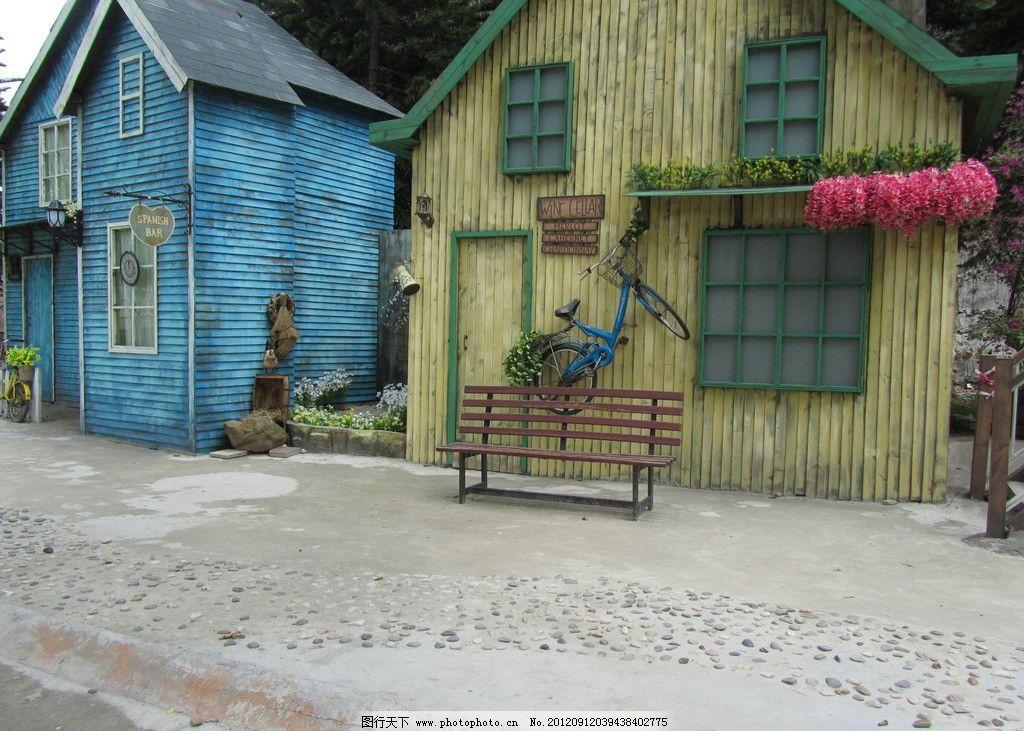 唯美小屋 背景 黄色小屋 蓝色 梦幻 房子 木椅子 花盆 绿色 窗户 花