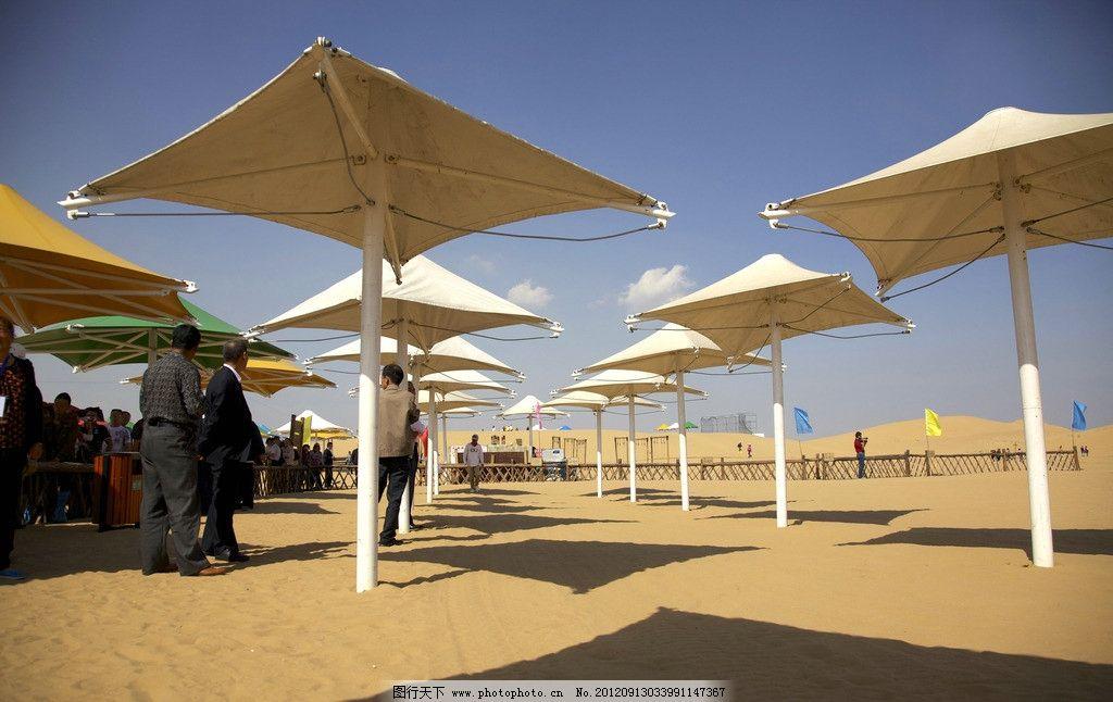 响沙湾旅游区沙漠中的遮阳伞 内蒙古 鄂尔多斯 达旗 达拉特旗 景区