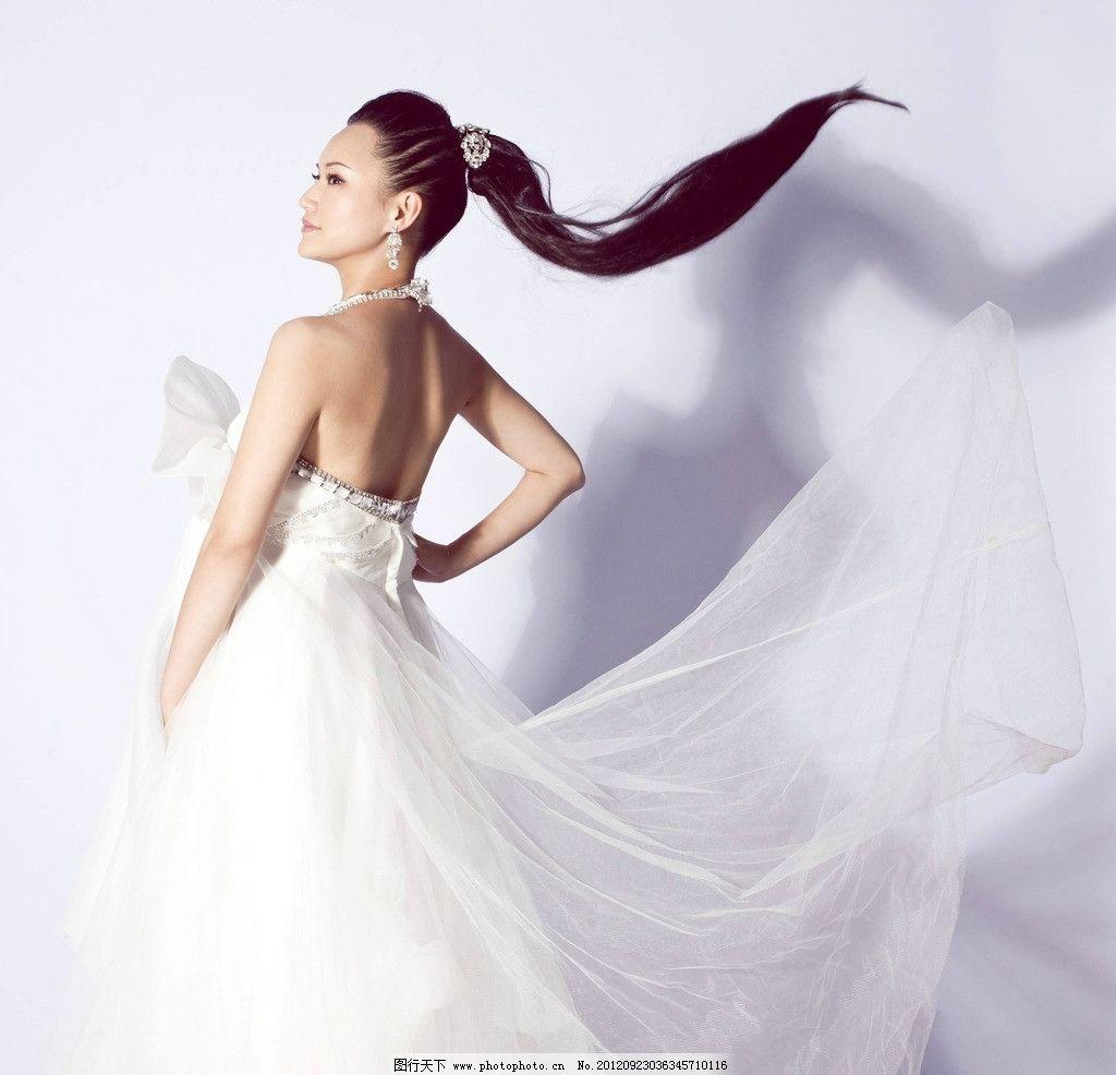 休闲 时尚 时装 白色头饰 白色耳坠 白色连衣裙 侧身 长裙飞舞 长发飘