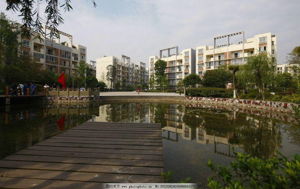 小区一角 小区建筑 蓝天 白云 栈桥 水池 树木 楼房 建筑摄影 建筑