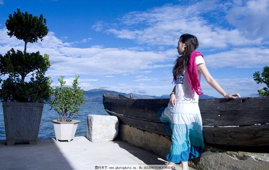 美女旅游 美女 旅游 蓝天 白云 海 女性 裙子 长发 木船 盆景 人物